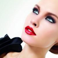 makyaj 1 200x200 Gelinlerin Vazgeçilmez Tercihi Eyeliner Ve Kırmızı Ruj