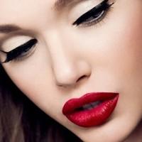 makyaj 2 200x200 Gelinlerin Vazgeçilmez Tercihi Eyeliner Ve Kırmızı Ruj